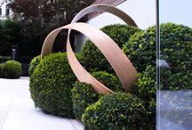 Sculpturi in gradina / Arta in gradina. Cum putem introduce elemente artistice in gradina. Sculputri si instalatii artistica in aer liber. Design gradina arta.  www.amenajarigradini.blogspot.com