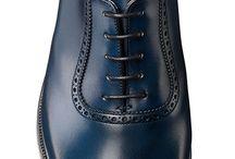 """Giày oxford, giày goodyear Welt, giày goodyear- signoristore.com / #SignoriStore Giày goodyear welt, giày goodyear  đế da cao cấp    Cấu trúc giày Goodyear - Công nghệ đóng giầy bậc thầy hơn 100 năm dẫn đầu đẳng cấp.   Phương pháp đóng giày Goodyear luôn luôn được những nhà sản xuất giày nổi tiếng thế giới ưa chuộng cho đến tận bây giờ. Năm 1869, nhà phát minh người Mỹ Charles Goodyear Jr. đã tạo ra máy khâu giày Goodyear welt để thay thế cho phương pháp khâu tay hoàn toàn thủ công có từ những năm 1500 sau công nguyên. Đây thực sự là một bước tiến mang tính cách mạng cho ngành sản xuất giầy truyền thống, khiến đôi giầy thực sự bền, tốt đến hàng chục năm.  Điều cơ bản nhất của kỹ thuật này là việc phần trên (upper), phần đế trong (insole), đế ngoài (outsole) được liên kết chặt với nhau bằng cách khâu lại chung bằng chỉ với một miếng da riềm (welt). Chỉ khâu thường được làm bằng sợi cây gai dầu, hoặc sợi tơ lanh được bện và tẩm sáp có tính chất diệt khuẩn và dai. Sáp làm bằng nhựa thông hoặc nhưa cô lô phan (dùng cho cả dây và vĩ của đàn dây), pha với sáp ong và dầu. Cách khâu trên tạo ra một khoang trống giữa đế, thay bằng dùng sốp, bọt biển... như cách hãng bình dân, các nhà sản xuất giầy cao cấp dùng vụn gỗ cây bần (cork) vừa nhẹ và êm, cách điện và quan trọng nhất là làm cho đôi giày """"biết thở.""""  Việc chỉ được khâu vào lớp riềm ngoài thay vì bên trong đế sẽ khiến đôi giày không bị dễ dàng thấm nước. Đế giày bằng da thật là loại tốt nhất vì thoáng khí, thường sẽ được tạo một rãnh chìm để bảo vệ chỉ khâu, nhiều hãng thường cắt giảm chi phí bằng cách không tạo rãnh và đế bằng chất liệu tổng hợp. Kết hợp với một số yếu tố như da dầy dặn (full-grain leather), nhuộm mầu thực vật (vegetable tanning), sử dụng cây lót giày định hình (shoes tree) và dưỡng da bạn sẽ sở hữu đôi giầy tốt nhất thế giới mà sự khác biệt ở đây chỉ là bàn tay và trái tim yêu giầy của người thợ thủ công mà thôi.  Trên đây là toàn bộ những lý do tại sao mà giá 1 đôi giày đắt hơn so với những đôi giày"""