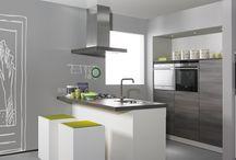 Eiland keukens / De eiland keuken is de trend van het moment en geschikt voor bijna elk huis. Combineer een recht blok met een vrijstaand element en er ontstaat meteen een hippe woonkeuken! Richt het eiland in als kookgedeelte, spoelzone of gebruik het als werkblad en zitunit.