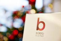 Bordo Blend / Ahogy a napok egyre hidegebbek, és fordulunk a tartalmasabb ételek felé, úgy nő az érdeklődés a vörösborok iránt. A Winelovers csoport életre hívta a Bordó Blend programsorozatot, amely a cabernet franc, cabernet sauvignon és merlot borokra, valamint ezek házasításaira koncentrál. A rendezvény csúcspontján 11.29-én a Sofitel szállodában több mint 60 pincészet 120 borát felvonultató sétáló kóstolót tartottak, ahol a Veritas is bemutatta kínálatát.