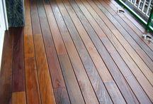 Terraza con tarima de madera en vivienda particular