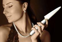 "Elegant / Minova Ceramic Jewel Knives(ミノバセラミックジュエルナイフ)は、ダイニングテーブルを華やかに演出する特別なファインセラミックナイフ&ケーキサーバー。洗練された上品さを意味する『雅』の如く、ホワイトとゴールドによる一切の妥協を許さない、シンプルな美しさを表現するシリーズです。 Like ""MIYABI"" meaning refined elegance, it's a series expressing the simple beauty with white and gold streak which is the royal road of the tableware."