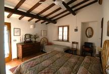 Bedrooms / Camere matrimoniali con bagno privato situate al pianterreno del casale principale.