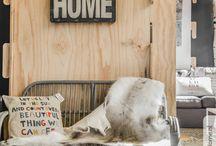 poezie voor school (thuis / Thuis Het hoeft geen muur te zijn met ruit en dak. Het mag van hout of rots of klei of blad  of ijs.  Een boot op het water ja, een wagen op reis. Een hutje mag, een hol of een paleis. Een schelp van slak, een nest op tak. In Paramaribo of Praag of in Parijs.  Als er maar iemand is die roept: Kom thuis!  Ik zal het wel verstaan. Elke taal bedoelt hetzelfde huis.  Ted van Lieshout