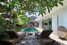 Villa Kallayaan / La #villa Kallayaan est une villa sobre et raffinée où l'architecture #moderne se mêle à l' #exotisme. Elle se situe à quelques minutes à peine des #plages de #Seminyak réputées pour leurs magnifiques couchés de soleil mais aussi de la non moins célèbre Oberoi street où défilent boutiques, bars et restaurants huppés les plus réputés de #Bali.