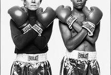 US art - street art - jean michel basquiat / Род в бруклине в 1960г, умер о  передозировки в 1988. Владел испанским, французским, английский языками. В 4 года научился читать. Родители развелись, когда ему было 6 лет, в семье 4 детей, которые остались с папой. Разрыв с матерью болезненно сказался. В 11 лет сбежал из дома, не хотел учиться. В 15 лет ушёл из дома, с 17 лет вернулся, но скоро отец его выгнал из дома из-за употребления наркотиков. Начинает рисовать графити - стрит арт. С 1981 года ведёт совместную деятельность с Энди Уорхлом.