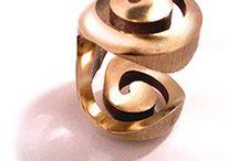 GOLDEN SPIRAL / Pieza única. Dos posturas = Doble funcionalidad. Oro Amarillo - Acabados brillo + mate. Diseño y fabricación Nuria Parrado Sarandeses.