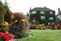 Английский домик с садом (English house with a garden)