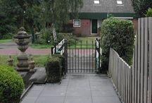 Looppoorten / Voorbeelden van maatwerk looppoorten, poorten van metaal. De poort is vaak een aanvulling van het sierhekwerk in de voortuin, tuin.