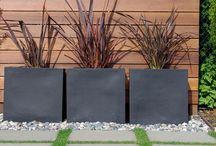Screen retaining wall