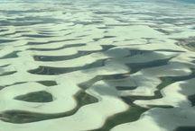Lençóis Maranhenses / São 155 mil héctares e muitos quilômetros de dunas com areias branquinhas, com lagoas de água doce, ora azuis e ora verdes, protegido pelo status de Parque Nacional e sua porta de entrada é o município de Barreirinhas, exploramos um dos cenários mais exuberantes do Brasil.   https://makennaedyxklay.blogspot.com.br/2016/07/sobrevoando-os-lencois-maranhenses.html