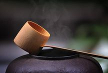 CHANOYU • 茶の湯 • JAPONSKÝ ČAJOVÝ OBŘAD • ČADÓ • JAPONSKÁ CESTA ČAJE • THE JAPANESE TEA CEREMONY / Japonský čajový obřad  • Japonská čajová ceremonie • čanoju, čadó, sadó • chadō • сha-no-yu. Chashaku (naběračka), sensu (míchadlo), chasen (metlička), fukusa (plátno). The Japanese tea ceremony, also called the Way of Tea, is a Japanese cultural activity involving the ceremonial preparation and presentation of matcha, powdered green tea. In Japanese, it is called Chanoyu (茶の湯) or chadō, sadō (茶道). The manner in which it is performed, or the art of its performance, is called otemae (お手前; お点前).