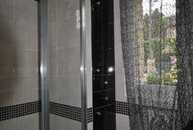 Placard salle de bain Paris-05 / Une colonne étroite et profonde dans une salle de bain. Façades porte et tiroirs habillées de verre laqué noir afin d'obtenir un bel assorti. Sur mesure.