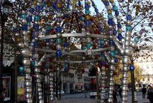 """Le kiosque des Noctambules / Station """" Palais Royal """" le kiosque des Noctambules faites de perles de verre de murano (par Salviati)."""