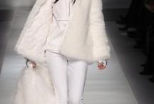 """Мода зима 2013 / Решила прогуляться по некоторым модным трендам предстоящей  зимы. Нестандартная меховая оторочка, """"свежая"""", далеко не зимняяцветовая палитра, неожиданные шелковые текстуры в мужской одежде. Макияж и маникюр-самые яркие. Необычные,  дизайнерские драпировки в черном и красном. И др. Если увижу что-нибудь новенькое, обязательно сообщу.  Приятного окончания выходных. Марина."""