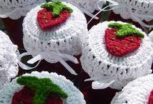 weißes deckchen mit erdbeere häkeln