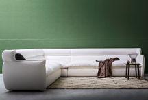 Divani - Oregon / Oregon è un divano caratterizzato dalla particolare sagoma dei braccioli che creano un effetto di continuità estetica e funzionale con lo schienale. Vasta la modularità, completa di moduli angolo, chaise longue, poltrone e pouf.