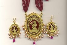 Thewa Jewellery / Thewa is a special art of jewelry making which involves embossing of intricately worked-out sheet gold on molten glass. It evolved in Pratapgarh district, Rajasthan India. Its origin dates back to the Mughal age