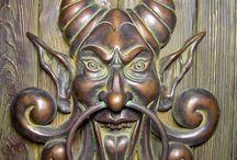 Aldabas, pomos de bronce y puertas