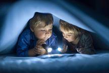 IWONA PODLASINSKA / Η Iwona Podlasińska είναι αρχιτέκτων και τα απογεύματα που επέστρεφε στο σπίτι ήταν, λογικά, οι μόνες ώρες που μπορούσε να τραβάει φωτογραφίες τα παιδιά της. Ωστόσο, τις νύχτες, παρατηρώντας τα παιδιά της να κοιμούνται, ένιωσε μία μαγεία στην ατμόσφαιρα. Κι αυτήν ακριβώς την αίσθηση ήθελε να απαθανατίσει.