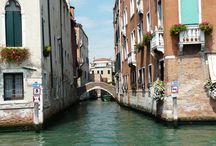 Kanały i mosty w Wenecji / Wenecja to przede wszystkim piękne mosty i tak słynne kanały, które służą mieszkańcom i turystą jako swojego rodzaju infrastruktura transportowa. Chyba nie ma w Wenecji mieszkańca który nie posiada łodzi lub gondoli.