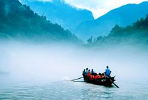 Experience Peapod boat along Yangtze River / Yangtze River Cruise is not only for cruise ships but also offer the experience for the local peapod rafting to view some deep authentic scenery. Find the scenic sites at http://www.yangtze-river-cruises.com/tour/lines.html