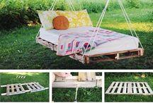 Camas y silla en madera