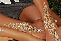 Gold henna tatoo