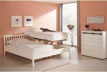 myREHA.com Pflegebetten / Pflegebetten für den häuslichen Gebrauch zeichnen sich durch Höhenverstellbarkeit und weitere Eigenschaften aus, die die häsulich Pflege erleichtern. Das Pflegebett ist besonders an die Bedürfisse von Menschen in einer Phase der Krankheit oder mit Behinderung angepasst.