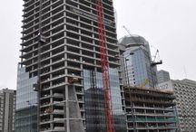 Biurowiec Q22 w Warszawie cd. / Obecnie realizowana jest już 35. kondygnacja 155-metrowego biurowca Q22 budowanego w miejscu rozebranego hotelu Mercure. Dobiega końca również realizacja podium – drugiej, niższej części Q22. Termin zakończenia prac żelbetowych planowany jest na koniec sierpnia bieżącego roku. ULMA Construccion Polska S.A. dostarcza na budowę rozwiązania z zakresu technologii deskowań i rusztowań.