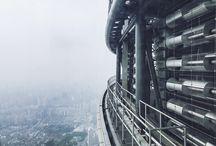 Shanghai Tower / Shanghai Tower je výšková budova, která v roce 2015 získala prestižní ocenění The Emporis Skyscraper Award. Budova je vysoká 632 metrů a má 128 pater. V době vzniku šlo po Burdž Chalífě v Dubaji o druhou nejvyšší stavbu na světě. Přestože výška určitě hrála v hodnocení svou roli, nebyla zdaleka jediným kritériem. Firma Gensler, která Shanghai Tower navrhla, totiž použila celou řadu nových ekologických prvků.