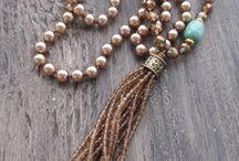 Бусы, кулоны, ожерелья