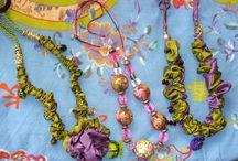 carla benecchi LEMILLEUNAPERLA / articoli di bigiotteria, sciarpe guanti con guarnizioni di perle pietre dure , rose in lana a crochet, piccole borse colorate
