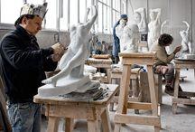 Galleni Massimo / Una delle sue particolarità consiste nella rara capacità di modellare il marmo senza bisogno del modello tridimensionale in gesso o creta, e gli basta un disegno o una foto per trasformare un'idea della committenza in opere uniche