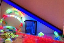 ✨ Los espacios Snoezlen / El Snoezlen es un concepto llegado desde Holanda y que se basa en la estimulación sensorial. El Snoezelen se debe sentir en el interior, intensamente, con sinceridad. Es gracias a materiales, texturas, colores, olores, sonidos, que se crea el ambiente, y, una verdadera invitación al viaje sensorial, que traslada el paciente fuera, ofreciéndole un espacio de libertad, sin imperativo de tiempo, o de ritmo.