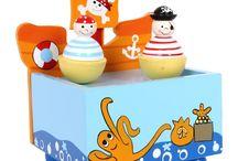 SMALL FOOT DESIGN Pozytywki /  Przepięknie wykonane, kolorowe, muzyczne zabawki.  Pozytywka wykonana jest z drewna na którego platformie tańczą drewniane figurki. Kolorowo lakierowane drewno z dziecięcymi motywami i muzyka zachwycająca słuchaczy, może okazać się wspaniałym prezentem