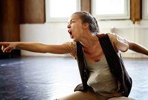 Trojka Színház: Dr. / Álom színházi kivitelben Életünk egyharmadát töltjük alvással. Legtöbbször álmodunk is, de senki nem tudja megfejteni, hogy mire szolgálnak az álmaink. Ha nem írjuk le vagy nem mondjuk el egymásnak, többnyire elfelejtjük. Az álmodásnál nincs is közvetlenebb élményünk és találkozásunk a tudatalattinkkal. Előadják: Boncsér Sára, Bárnai Péter, Sütő András Rendező: Soós Attila