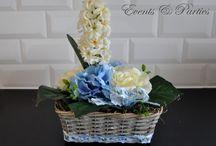 Kosz Hiacynt z Hortensją Dekoracja Wielkanoc / Wygląda bardzo naturalnie, jak z kwiatów żywych. Bukiet skomponowany został na bazie kremowego hiacynta w otoczeniu kremowych róż i niebieskiej hortensji. Całość zdobi śliczna, ozdobna wstążka w delikatne, niebieskie kwiatuszki.  Cudowna i oryginalna ozdoba każdego stołu oraz niepowtarzalny prezent dla Każdego!