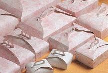 Scatole porta torte / Per trasportare in sicurezza i vostri dolci vi offriamo un'ampia gamma di scatole di varie forme: quadrate, quadrate alte, esagonali, rettangolari, porta paste, ... Donano praticità, colore e allegria alle vostre creazioni!