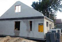 Projekt domu Zosia 2 / Projekt domu Zosia 2 to wersja popularnego projektu Zosia. Prosty jednorodzinny domek został wzbogacony o dodatkowy strych do możliwej późniejszej adaptacji na poddasze użytkowe. Dom ma możliwie najprostszą bryłę - zbudowany na planie kwadratu o boku 9,5 metra, przekryty jest dwuspadowym dachem. Taka konstrukcja zapewnia niedrogą budowę.  Dowiedz się więcej na http://www.mgprojekt.com.pl/zosia-2#ixzz49erudlEz
