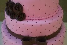 bolo marrom com rosa