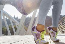 Nike Lunarelement / Sert hava koşullarında özgürce koşmak isteyenler için tasarlanan bu ayakkabı Nike Lunarlon yastıklama teknolojisi sayesinde rahat bir koşu sağlar. Outlast özelliği ile sıcak hava ve soğuk havayı dengeler. Bu sayede ayağınız koşu sırasında ve sonrasında kuru kalır. Nike Swoosh yansıtıcı özelliği ile kışın düşük ışıkta bile sizi görünür kılar. http://goo.gl/XqFKnN