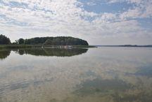 Peene / Die Peene fließt in Mecklenburg-Vorpommern. Sie speist sich hauptsächlich aus drei Zuflüssen: dem Ausfluss aus dem Malchiner See (südwestlich von Malchin), der Kleinen Peene (zwischen Teterow und Güstrow) sowie der Ostpeene (nördlich von Waren / Müritz). Sie mündet bei Anklam in den Peenestrom bzw ins Stettiner Haff.