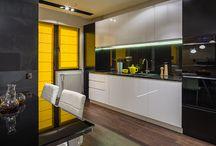 Mobilier Customizat : Bucatarie, Living, Dormitor, Birou / Continut original Casa Foca. Mobilier personalizat pana la cel mai mic detaliu, de la blatul din bucatarie pana la dulapurile care includ televizoare din living si paturile facute pe dimensiuni speciale din dormitoare. Productia are loc in atelierul propriu si ansamblul de designeri si arhitecti va va fi de ajutor in luarea celor mai bune decizii.