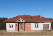 Projekt domu Dominik 2 / Projekt dom Dominik 2 to wariant projektu Dominik, z dodatkowym garażem z boku i pomieszczeniem gospodarczym. Dom przewidziany jest dla 4-5 osobowej rozwojowej rodziny. Prócz trzech pokoi sypialnych na parterze przewidziano dodatkowe dwa pokoje na poddaszu.
