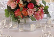 Nádherná svadbička Danky a Iyana s kvetinovým nebom / Jednoznačne jedna z našich srdcoviek, kde prianím nevestičky Danky bolo kvetinové nebo. Strop dreveného altánku sme zaplavili stovkami kvetov a zelene, aby to pôsobilo, akoby tam narástli sami. Na kvetinové aranžmány sme objednali prekrásne korálové Pivónie Coral Sunset a doplnili ich úžasnými ružami Vuvuzela, Eukalyptom a zjemnili svetlo ružovými ružami. Všetko to doplnili stovky metrov svetielok, kopec sviečok a krúžkové závesy, ktoré si nevestička Danka vyrobila sama. Nechcelo sa nám z tejto atmosféry odísť. Miesto: hotel Glamour- Zemplínska Šírava