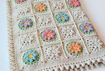 Çiçekli krem yatak örtüsü