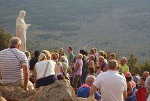Medjugorje / Un viaggio a Medjugorje rappresenta un viaggio straordinario e suggestivo, una sorta di viaggio iniziatico nella fede e nella spiritualità. Il viaggio a Medjugorie, non ci porta soltanto ad incontrare i veggenti -  Ivanka Ivankovic, Mirjana Dragicevic, Vicka Ivankovic ed Ivan Dragicevic - e a seguire i loro percorsi di pace e di fede, ma ci aiuta ad intraprendere un viaggio all'interno della nostra anima, fatto di fede, speranza, fiducia in se stessi.