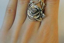 ékszerek / Csodálatos kidolgozású, különleges ékszerek, zömében ezüst színben.