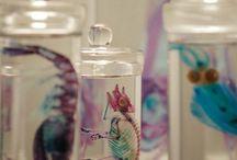 """Таверна """"Логово Змея"""" / Свечи, бокалы и экзотические бутылочки."""